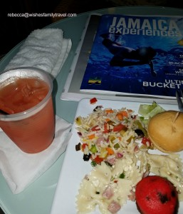Club_MoBay_arrival_dining